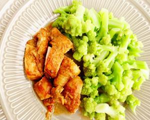 坦都里烤鸡配绿宝塔花菜