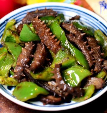 鲜辣椒炒海参的家常做法1
