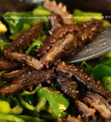 鲜辣椒炒海参的家常做法3