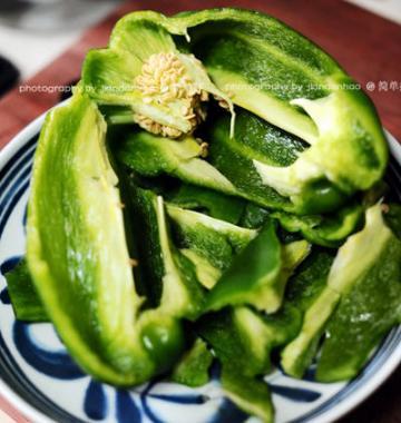 鲜辣椒炒海参的家常做法8