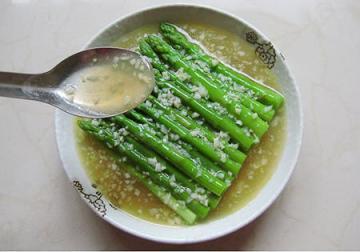 上汤蒜蓉芦笋(减脂瘦身的快手食谱)1