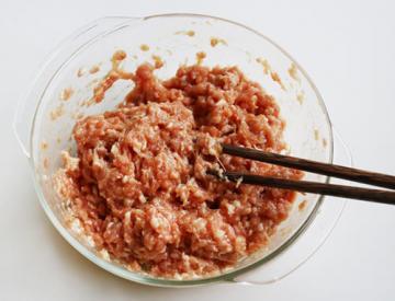 翡翠肉丸汤的简单做法4