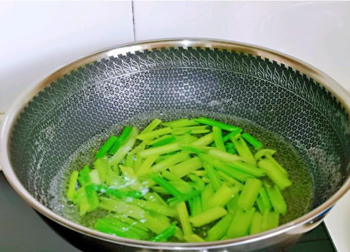 西芹百合炒红肠5